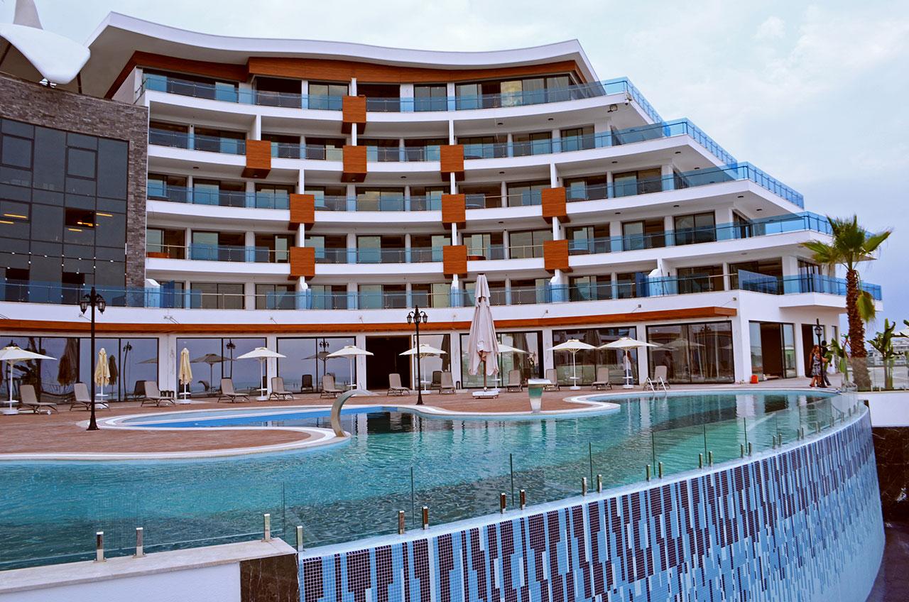 Представляем вашему вниманию новый жилой комплекс в Турции Elite Admiral Premium Residence – настоящее воплощение современного стиля, комфорта и функциональности. Сам комплекс представляет собой пятиэтажное здание, восемь трехэтажных блоков, а также шесть больших вилл. Общая площадь – 16 тысяч квадратных метров, а цена за квадратный метр жилья начинается от 2200 евро.